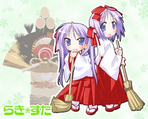 Rating: Safe Score: 11 Tags: hiiragi_kagami hiiragi_tsukasa japanese_clothes lucky_star miko User: Oyashiro-sama
